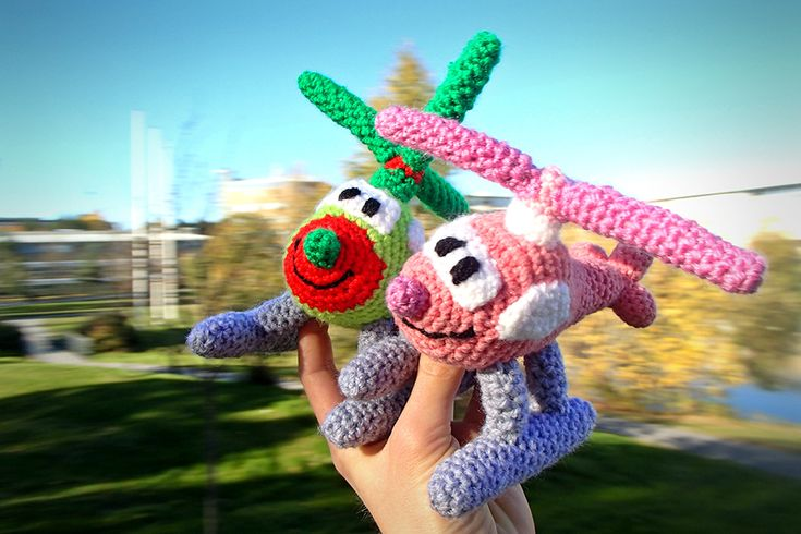Crochet helicopters by Vendela Wikström. Free Swedish pattern on our blog.
