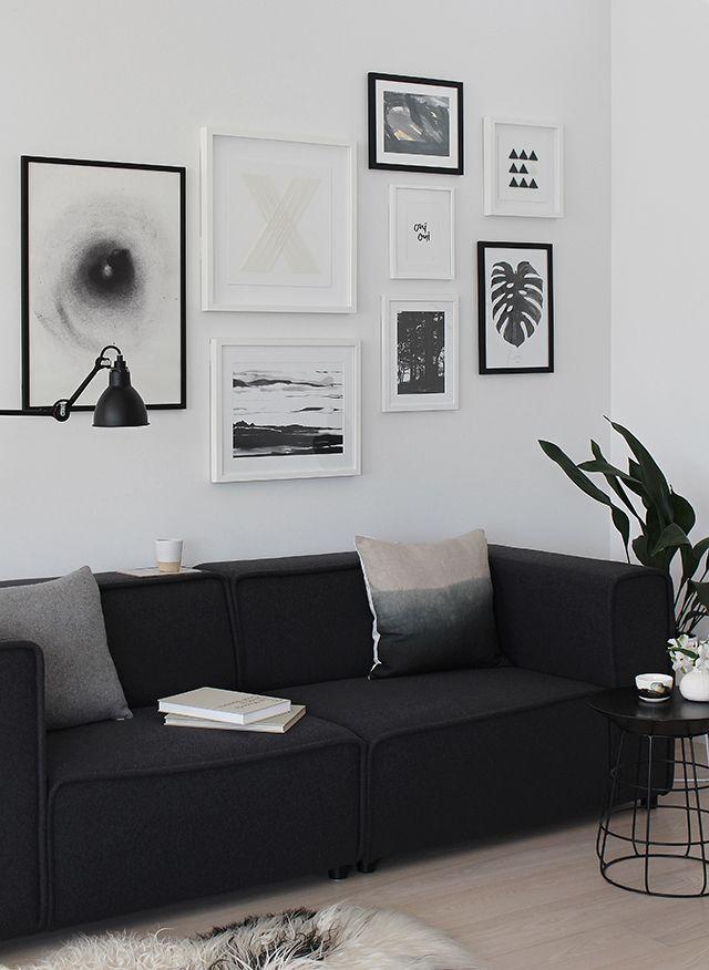 Sala decorada com sofá preto