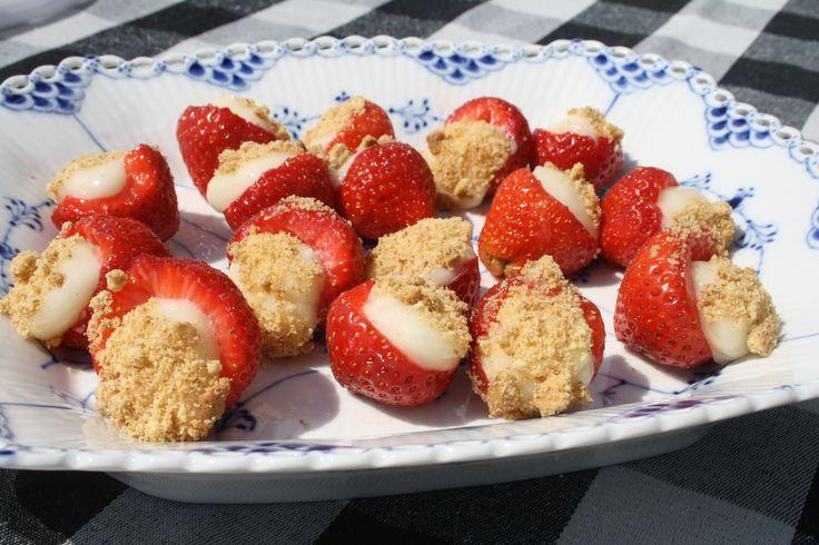 <p>Disse fyldte jordbær er super lækre og friske og minder mest af alt om en lille cheesecake. De er den perfekte lille dessert-hapser her i varmen, men skal holdes på køl da cremen hurtigt smelter ved disse temperaturer. (Som det også ses på billedet ;p) Det skal du bruge: 200