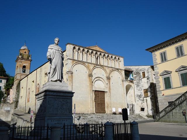Pietrasanta: Piazza del Duomo  Monumento a Leopoldo II, Chiesa di San'Agostino, Palazzo Moroni