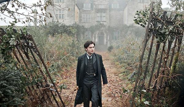 Daniel Radcliffe in front of Eel Marsh House