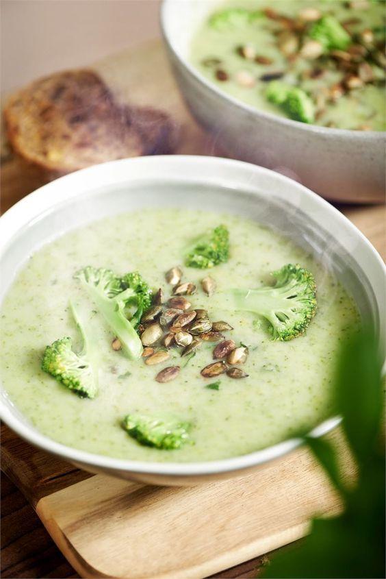 Zupa krem z brokułów smakuje doskonale, a to dzięki dodatkowi masła, gęstej śmietany i czosnku. Udekoruj ją różyczkami brokuła i pestkami dyni!