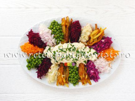 O reteta de salata de pui cu legume si maioneza care impresioneaza prin aspectul apetisant si prin delicioasa combinatie de gusturi!