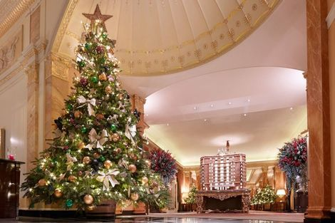 Het Dorchester in London heeft een ouderwets gedecoreerde boom staan met gouden strikken en ballen. Toch blijft het een beauty om naar te kijken.
