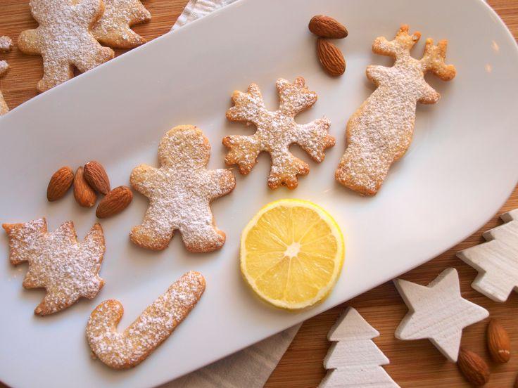 CITRÓNOVO-MANDLOVÉ SUŠENKY                  Toto vynikající cukroví, nebo možná spíše vánoční sušenky, jsem poprvé pekla loni. Inspiraci jsem si vzala z Apetitu a byla jsem nadšená z osvěžujícího citronu a z celkově výrazné kombinace chutí. Navíc je, dá se říci, i o trochu zdravější variantou klasického cukroví, protože neobsahuje bílý cukr a část mouky je nahrazena mandlovou moučkou. Budete…