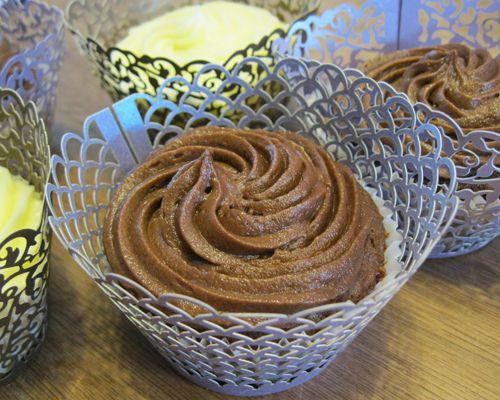 Perfecte en eenvoudige citroencupcakes en chocoladecupcakes met een vulling van frambozenjam en botercrème-topping.