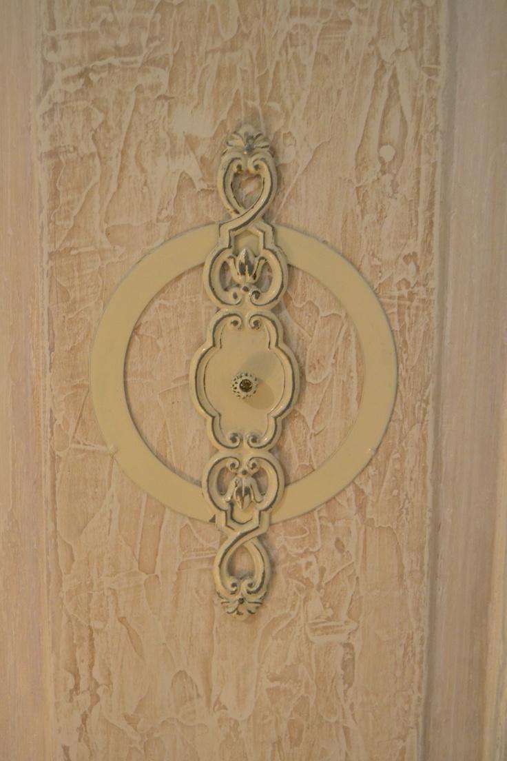 Partie de porte ancienne enduite, décorée de métal, serrure et perle patinées