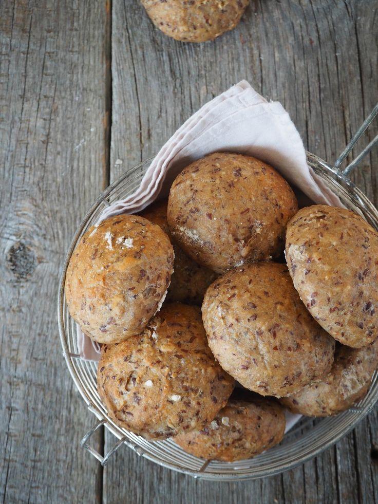 Disse eltefrie ekstra grove rundstykker ligger trygt i frysen, jeg lagde de nemlig forrige helg. Jeg bakte en del brød forrige helg faktisk, blant annet speltbrød og eltefrie solsikkerundstykker (oppskrift på de finner du her.) Speltbrødet er for lengst borte, den ble skjært i skiver og lagt i frysen og så har vi hentet [...]Read More...