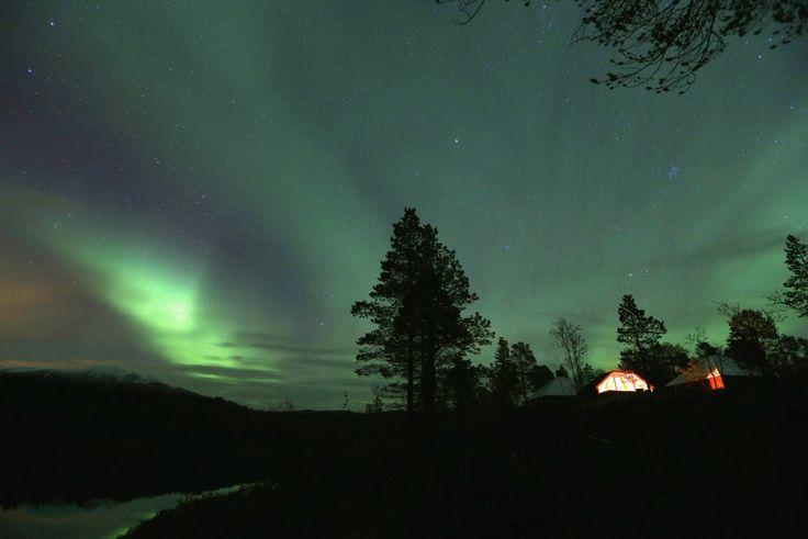 To Βόρειο Σέλας πάνω από την κορυφή του βουνού κοντά στο χωριό Mestervik