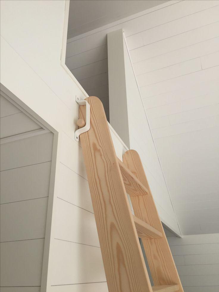 Detalje af stige til hems. Stigen kan lænes glat op af væggen og trækkes ud, når den skal bruges. Beslaget sørger for at trappen ikke rutsjer, men står stabilt.