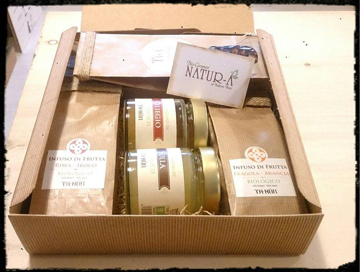 Confezione regalo in scatola avana con infuso di frutta ribes&ibisco, infuso di frutta fragola&arancia, tisane benessere e calma, miele di Sulla e miele di Ciliegio.. Per un regalo da beccarsi i baffi!!