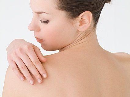 自分では気がつきにくい背中ニキビ。皮脂量や毛穴の数が多い背中はニキビができやすいため、バスタイムでの時間がとても大切。シャンプーなどの洗い残しを減らすことが大切。漢方でのケアや皮膚科でのピーリングなどもニキビには効果的です。