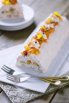 Semplice da preparare e di grande effetto, questo tronchetto salato con salmone, zucchine e gamberetti è perfetto per la tavola delle feste o per un buffet.