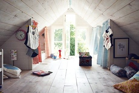 Une chambre d'enfant pour deux : un grand espace pour jouer et deux coins nuit séparés.