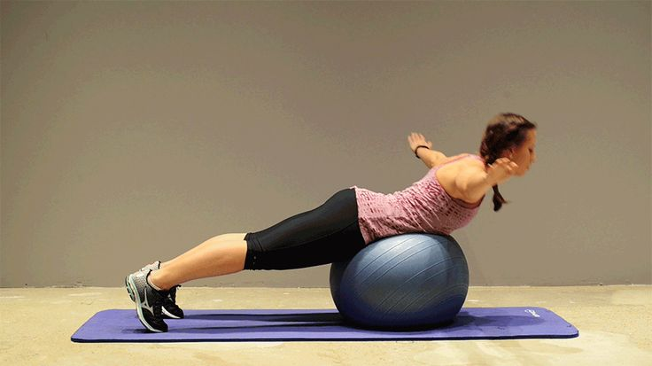 9. Extensión lumbar. Refuerza y relaja la zona. 1: Detrás del balón, inclina sobre la pelota hasta que la barriga repose directamente sobre ella. Estira las piernas y flexiona los pies, las puntas seran el principal punto de tensión con el suelo. 2: Elevar hacia atrás lentamente los brazos en T, emplea los músculos de la columna sin encoger los hombros, tensando los músculos que rodean los omóplatos. Mientras contraes la zona lumbar  3: Baja lentamente y volver a la postura original 15…