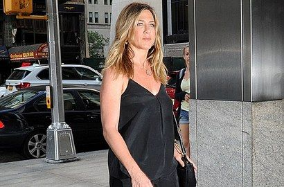 Jennifer Aniston Selalu Tutupi Kehamilan Dengan Pakaian longgar? - http://wp.me/p70qx9-2L3