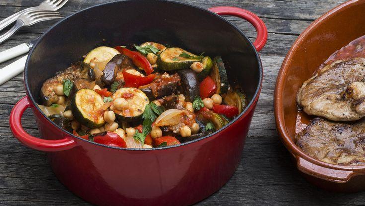 Denne marokkanske ratatouillen med kikerter - eller kamfounata - er veldig lett å lage. Alt går i en gryte - og du har den ferdig på under en halv time.    Server grønnsaksgryten til lammestek eller lammekoteletter - eller helt på egenhånd som en varmende, mettende vegetargryte.