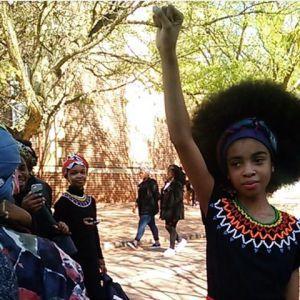 En Sudáfrica una estudiante de 13 años, Zulaikha Patel le ha tocado cambiar de colegio más de tres veces porque su afrocabellera no les cala a los directivos. - frology.com #cabelloafro #afro -#afrolatina #afroblog