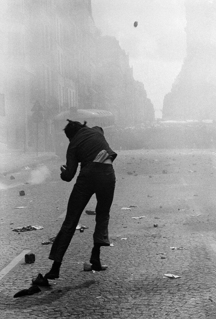 Manifestation rue Saint-Jacques, Paris, 6 mai 1968.  Photo Gilles Caron.
