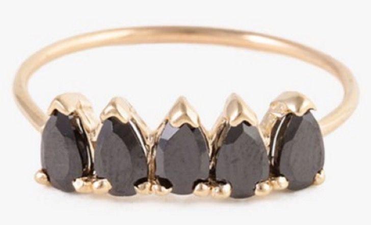 30 preciosos anillos de compromiso que no tienen un diamante y que te cautivarán completamente | Upsocl Un anillo de ónix negro para las almas más oscuras y llenas de amor.
