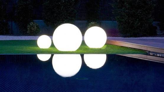 La energía solar continua con su auge en el comercio y dentro de nuestros hogares. Especialmente para la iluminación de jardines, que es de lo más práctico, así ya no tenemos que preocuparnos por encontrar o poner un enchufe cerca del jardín, andar liados con el alargador porque las luces de jardín no llegan…