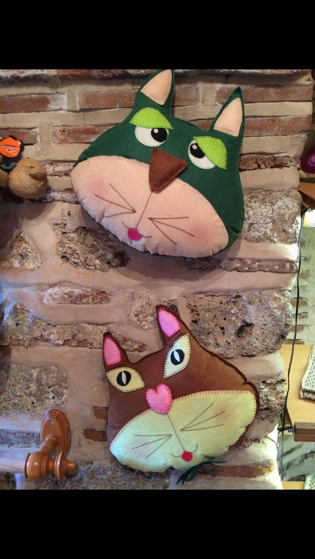 Decoratif kedili yastıklar
