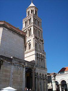 Cattedrale di Spalato - Croazia.Originariamente era il mausoleo dell'imperatore Diocleziano, facente parte del Palazzo di Diocleziano, e come tale, è Patrimonio dell'Umanità. Fu convertito in chiesa nell'VIII secolo. L'edificio sacro conserva ancora  le porte in legno realizzate da Andrija Buvina verso il 1220..