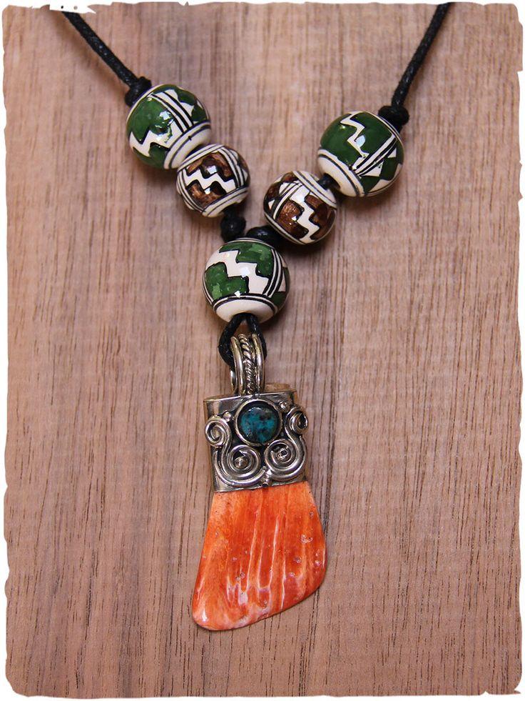 Collana con conchiglia Spondylus splendida #collana con #conchiglia; il ciondolo della collana in #espondylus è accostato con gusto a raffinate #palline di #ceramica dipinta a mano. Il cordino della collana è di cotone nero ed è regolabile. La #decorazione in alpacca con una piccola #pietra di turchese peruviano. made in #Perù pendente: Spondylus #pietra: #turchese #peruviano #metallo: #alpacca - #collana: #cotone misura unica - lunghezza regolabile