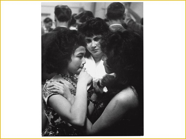 Leonard Freed, Girls, born in the Dutch colonies in Indonesia, at a dancing in Den Haag, 1960. Collecties online - Tropenmuseum