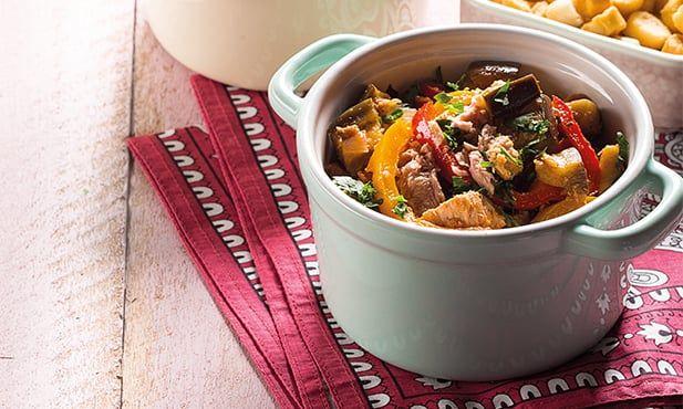 Receita de caçarola de atum, simples e fácil de preparar. Com o sabor inconfundível do atum, prepare este prato com legumes, e deixe-se deliciar.