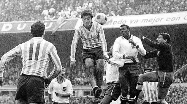 Racing Club 0 CD Nacional 0 in Aug 1967 in Avellaneda. Action from the Copa Libertadores Final, 1st Leg.