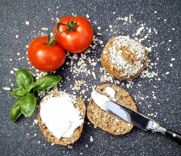 Die Superfoodbrötchen sich hervorragend für alle, die sich bewusst und gesund ernähren wollen. Man kann sie sowohl zum Frühstück als auch zum Abendbrot genießen.