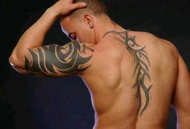 tribal na ramieniu i plecach tatuaż