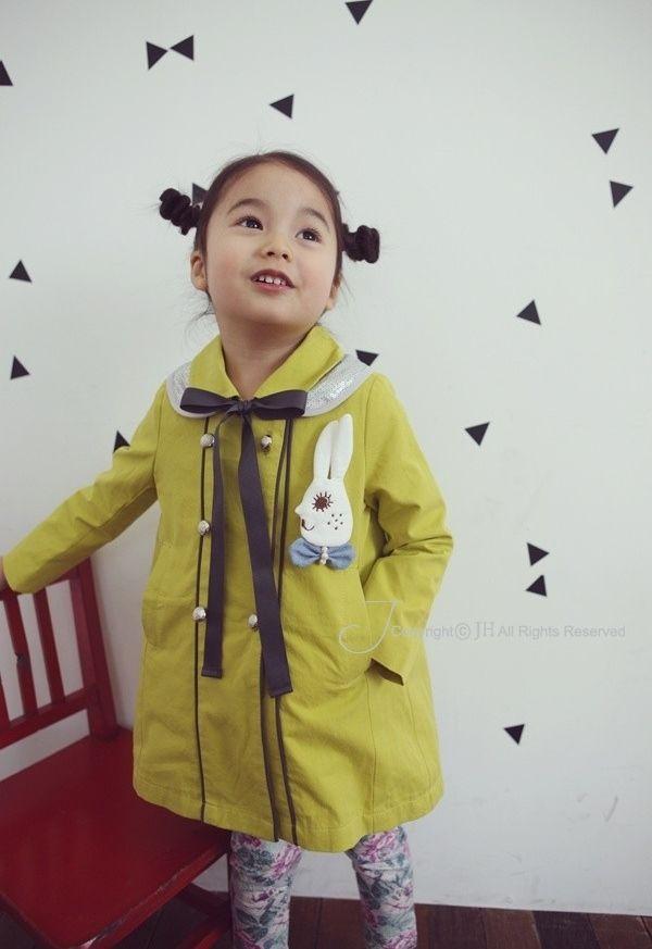 Młoda moda azjatycka - z Japonii, z Wietnamu, z Tajwanu czy z Korei - coraz częściej dociera na pozostałe kontynenty i zachwyca. Jej specyficzne cechy to miłość do naturalnych surowców ( z niebarwioną bawełnianą surówką i z lnem na czele) i doskonały talent projektantów do balansowania między absolutną prostotą a obfitością. Powściągliwość i czystość form potrafią przełamywać słodkimi detalami, koronkami i bufkami, i wszystkim tym, co sprawia, że dziewczynki sa jeszcze bardziej dziewczęce…