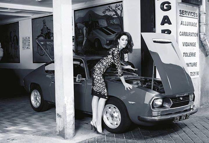 Wysokie stężenie piękna!  Monica Bellucci, a obok Lancia Fulvia Sport Zagato!