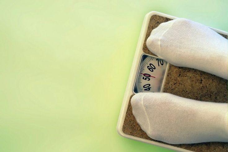Programa de pérdida de peso para una mujer de 300 libras. Una libra de grasa contiene 3.500 calorías. Para perder grasa, debes cada día quemar más calorías de las que consumes a través de los alimentos. La American Academy of Family Physicians (AAFP) dice que es seguro, saludable y sostenible ...