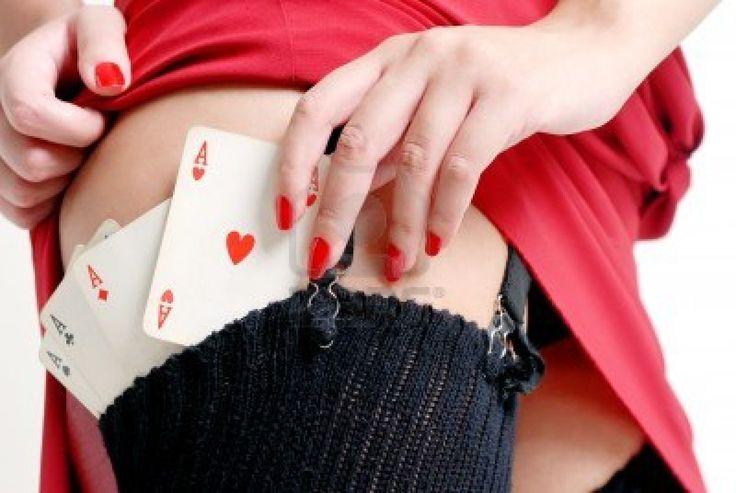 #adulto #gioventù #giovani #donne #vincente #bianco #stile #sexy #rischio #posa #poker #ludico #play #persona #persone #one #modella #gambe #dama #mano #capelli #ragazza #gioco #gambling #gioco d azzardo #figura #femmina #moda #occhi #abiti #allegro #casinò #card #corpo #bionda #nero #bellezza #bellissima #accattivante #aspettami