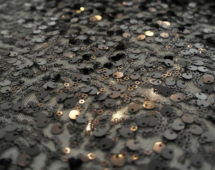 Paiete rotunde negre de 3 mm si 6 mm pe tul negru KX1867.  Latime (cm) 122 / 126; Diametru Paieta 3 mm si 6 mm;  Compozitie tul (%) Poliester 100%;