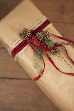 Pynt med kongler, røde roser og fløyelsbånd.