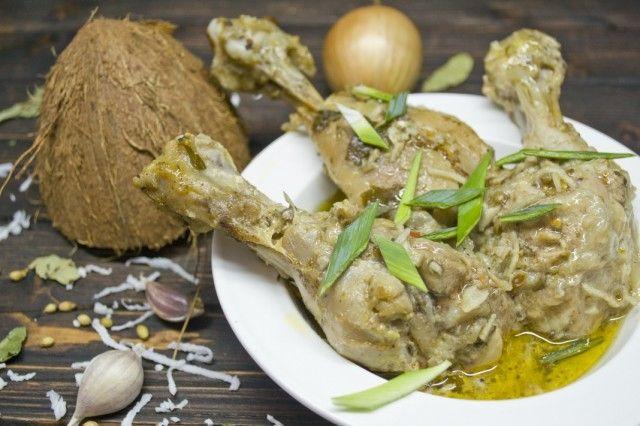 Карри с курицей и кокосом  Карри – основное горячее блюдо с мясом или овощами, которое готовят во многих странах Южной Азии. Индийское карри с курицей имеет неисчислимое множество рецептов, которые в разных провинциях Индии каждая хозяйка готовит по-своему. Главный принцип такой: готовим карри – пасту из множества сухих специй, лука, чеснока, затем добавляем мясо или овощи.