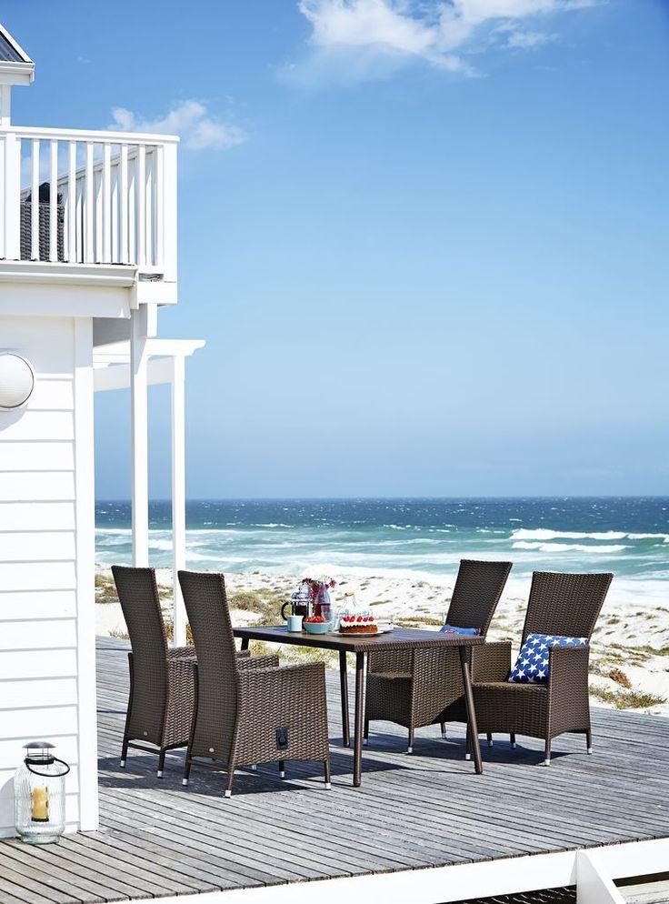 Un set de terasă luxos și confortabil, ușor de întreținut, realizat din petan împletit manual și oțel. Masă SANDVIKA și scaunele SKIVE îți vor face vara mult mai frumoasă și relaxata! | JYSK #inspiratiegradina #decoinspiration #gardenfurniture