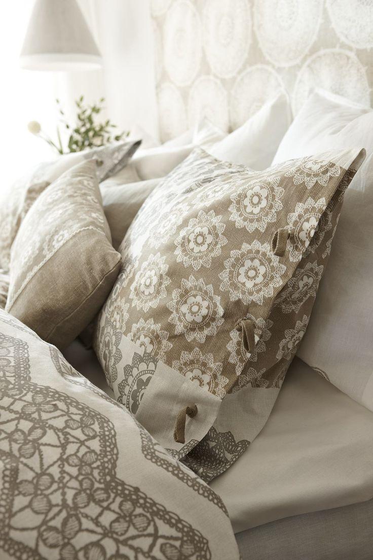 En flirt med spets och neutrala toner passar fint i sovrummet