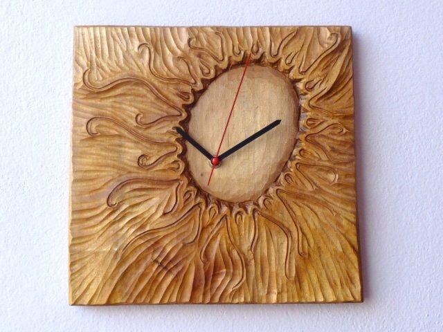 """Sluníčkové+hodiny+Někdy+si+takhle+čmárám+s+dětma.+Tentokrát+jsem+se+asi+inspirovala+sluníčkama+v+Krtečkovi+od+Zdeňka+Milera.+kreslit+sluníčko+je+trochu+jako+malovat+mandalu.+Nekonečno+možností..Tohle+je+výsledek+jedné+z+nich.+Řezba+do+dřeva+lípy..+Rozměry:+30x+28X+2+cm.+Povrchovka-+šelak+a+vosk.+Lípě+se+přezdívá+""""Svaté+dřevo"""".Symbol+Slovanů+(náš+národní+strom)...."""