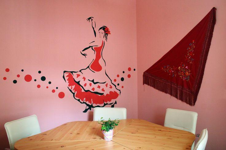 Spanyol hölgy segít a spanyol tanulásban a Granada nyelviskola Flamenco termében!