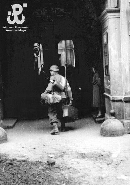 """Fotografia z Powstania Warszawskiego. Śródmieście Północne. Strz. Ludwik Berkowski """"Zawisza"""" z kompanii """"Koszta"""" w bramie kamienicy przy Mon..."""