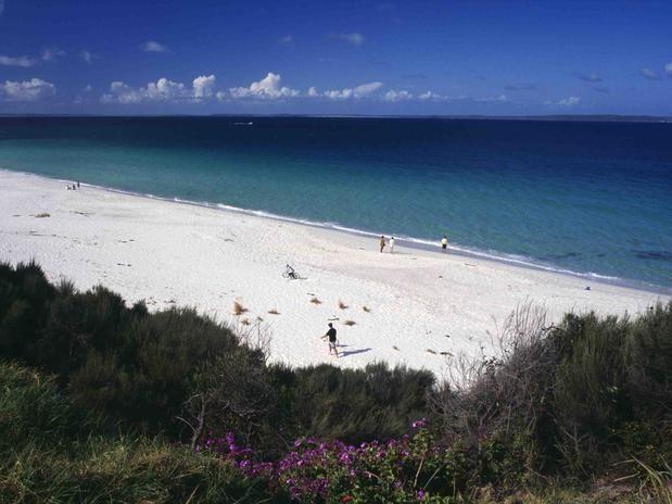 Hyams Beach Situada em Jervis Bay, na região de Nova Gales do Sul, Hyams Beach tem areias que figuram no livro dos Recordes como as mais brancas do mundo. Banhadas por águas turquesas e rodeadas por uma abundante natureza com penhascos, lagoas, riachos e outras praias, Hyams Beach é um impressionante cartão-postal paradisíaco.