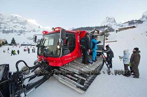 A la fermeture du domaine skiable, la dameuse école vous amène sur les pistes.   Plus d'infos: www.gourette.com