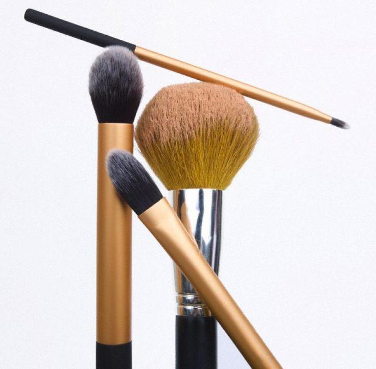 Je make-up borstels tijdig reinigen is belangrijk om je huid bacterievrij te behouden. Je staat ervan versteld wat er allemaal in zo'n borstel zit van bacteriën, dode huidcellen en oliën. Bovendien zijn je borstels zo een langer leven beschoren. Deze 7 tips helpen jou om je make-up kwasten langer en beter te bewaren.