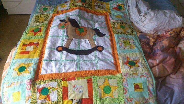 Coperta patchwork con applique in stoffa e feltro.