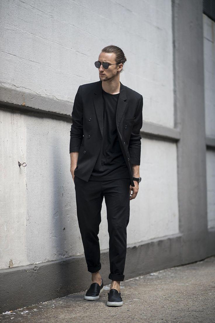 スニーカーとブラックスーツの着こなし